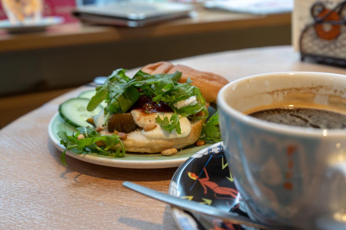 Glutenfreier Bagel und Kaffee bei Bagels and Beans